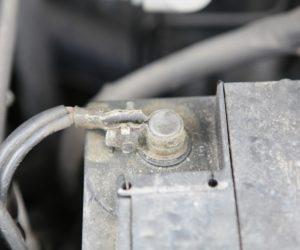 Проверка на електрическата система на автомобила и почистване на контактните повърхности