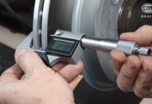 Измерване на разликата в дебелината на спирачния диск