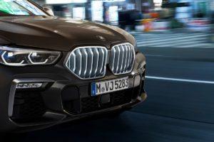 Осветената решетка на радиатора на BMW X6 Sport Activity Coupe от HELLA му придава безпогрешен вид