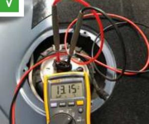 В случай на проблем с горивната помпа: проверете контактите